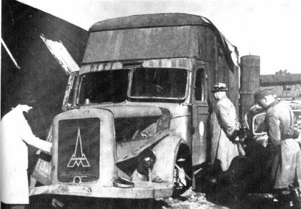 Kliknite za sliku za veću verziju  Ime:Destroyed_Magirus-Deutz_furniture_transport_van_Kolno_Poland_1945.jpg Viđeno:255 Veličina:58,8 KB ID:121224