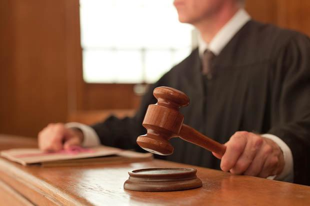 Naziv: Judge-in-court-with-his-hammer-431740.jpg, pregleda: 323, veličina: 27,4 KB